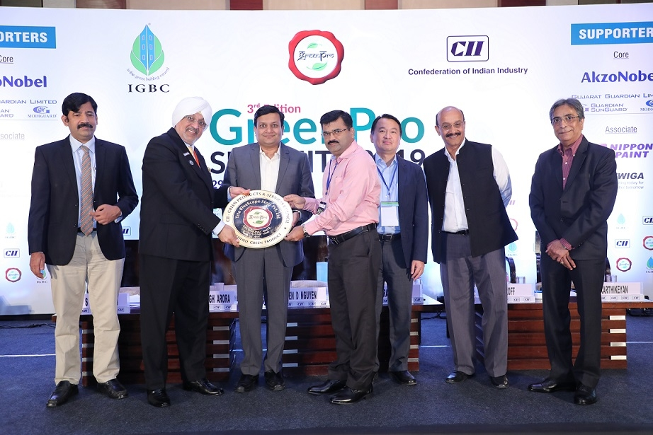 Piyush Nahar (third from left) and Mahendra Pingle (centre) received the award from Gurmit Singh Arora, VC, IGBC.