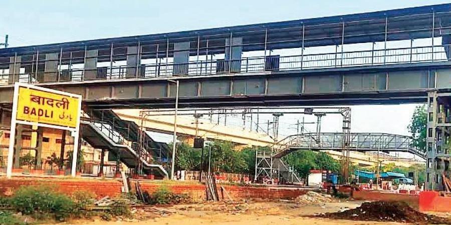 Delhi Metro Rail Corporation, DMRC, Foot over bridge, Samaypur Badli Metro station, Badli railway station, Samaypur village, Yellow Line, Indian Railways